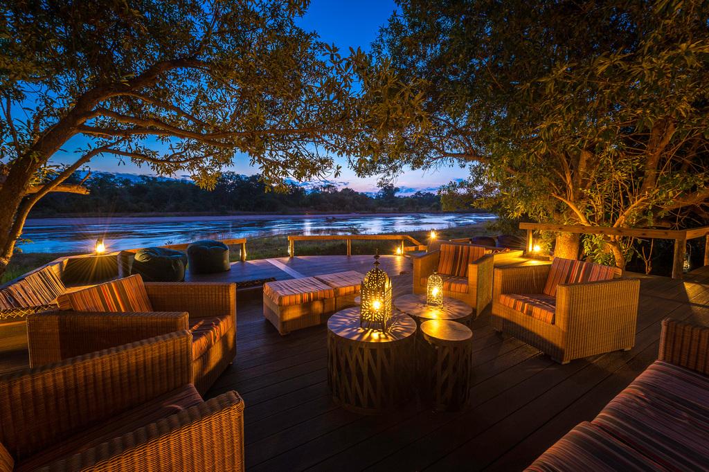 Loungebereich im Kapamba Bushcamp in Sambia | Abendsonne Afrika