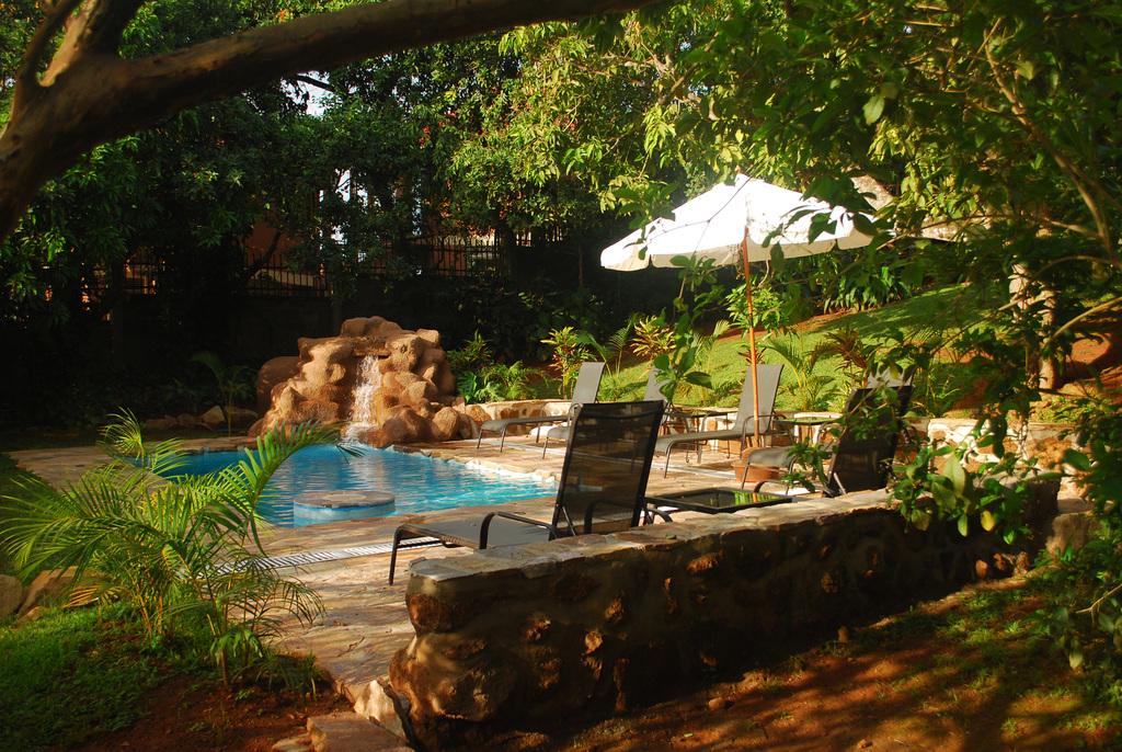 Pool im Karibu Guest House in Uganda | Abendsonne Afrika