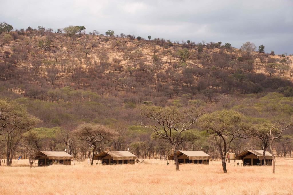 Außenansicht der Zelte des Kati Kati Camp in Tansania | Abendsonne Afrika
