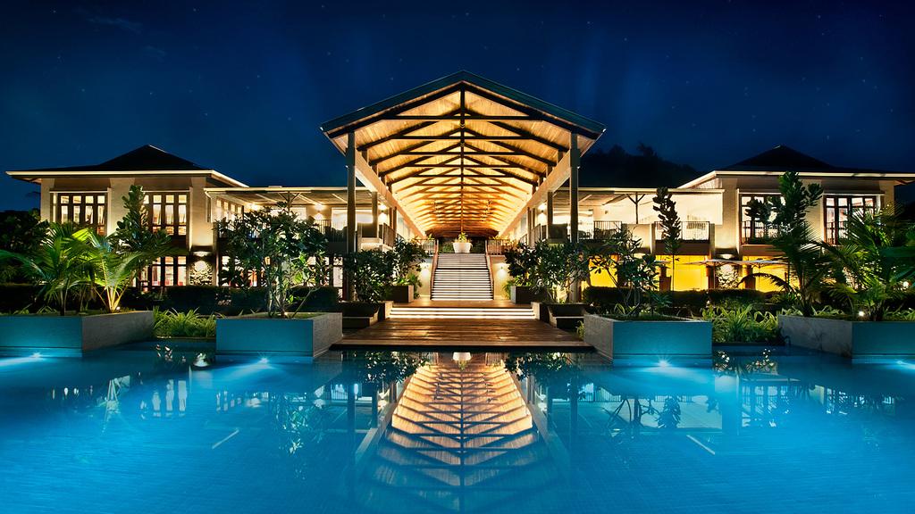 Hotelgebäude des Kempinski Seychelles Resorts bei Nacht auf den Seychellen | Abendsonne Afrika