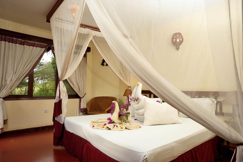 Bett in der Kia Lodge in Tansania | Abendsonne Afrika