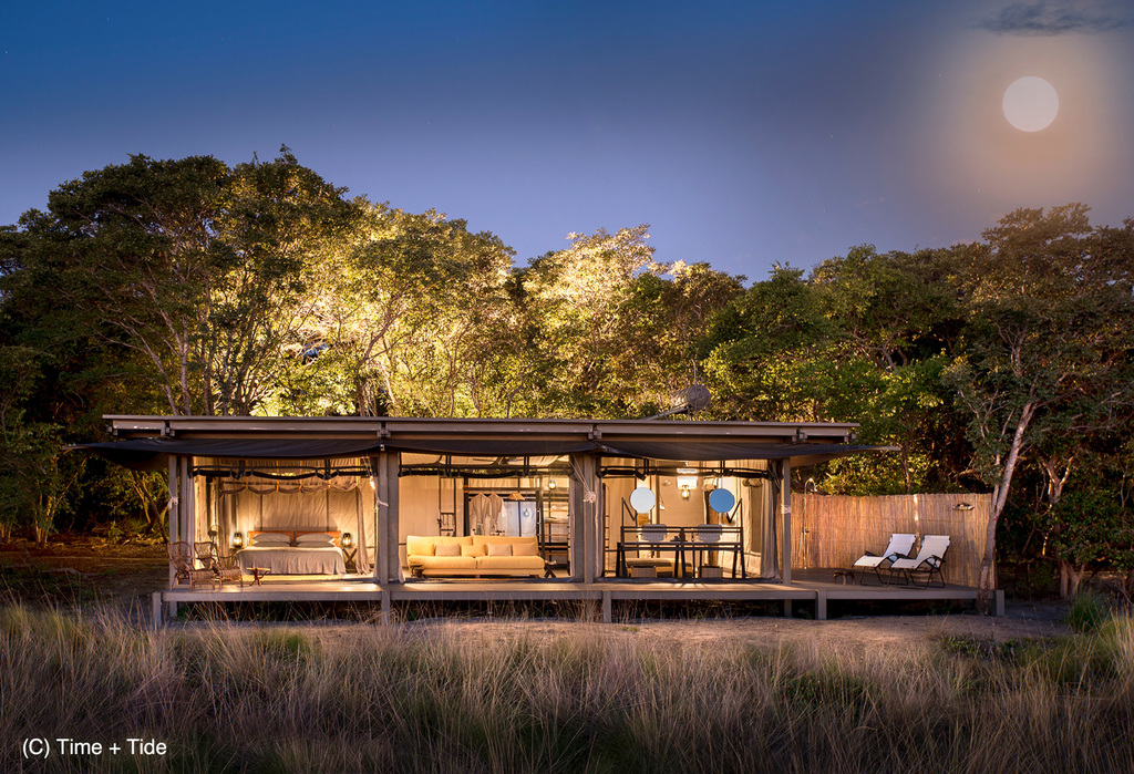 Außenansicht eines Zeltchalets der King Lewanika Lodge in Sambia | Abendsonne Afrika