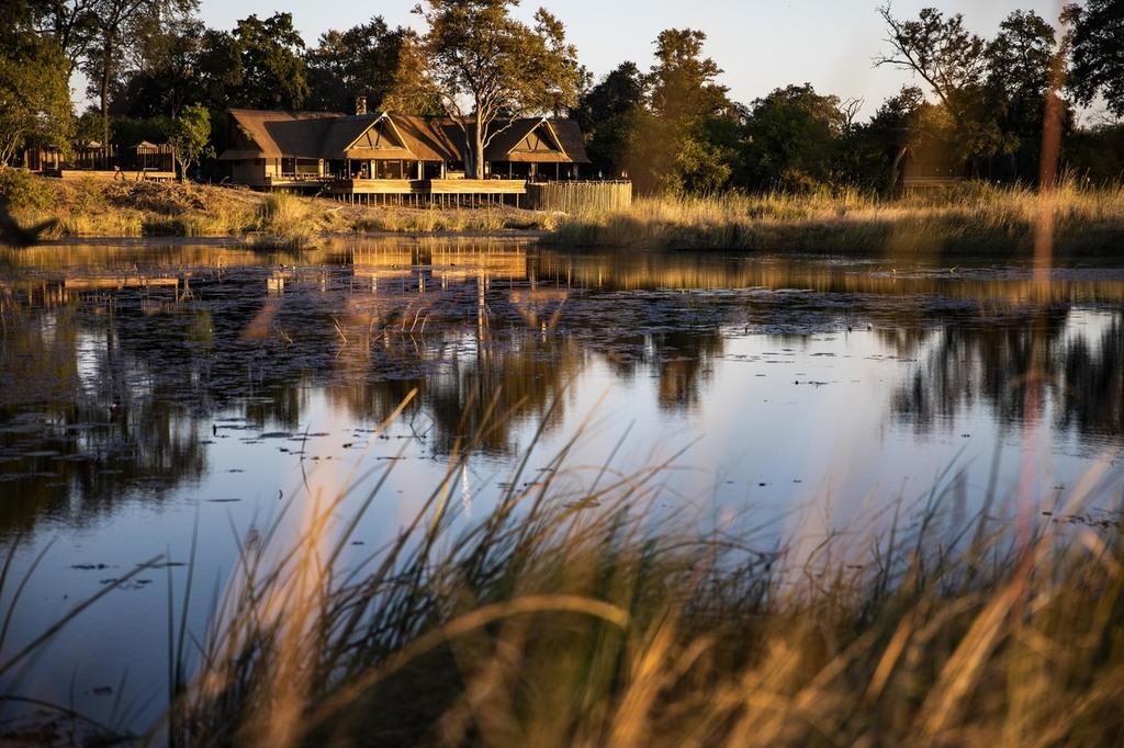 Außenansicht des Kings Pool Camps in Botswana | Abendsonne Afrika