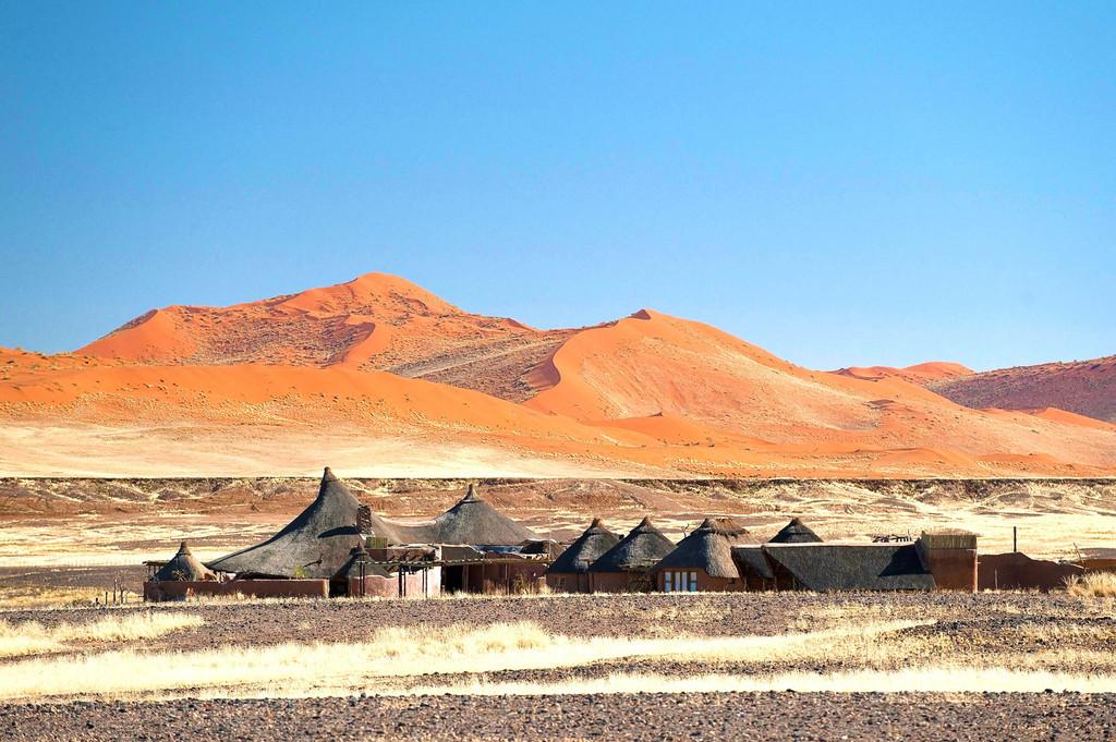 Blick auf die Kulala Desert Lodge in Namibia | Abendsonne Afrika