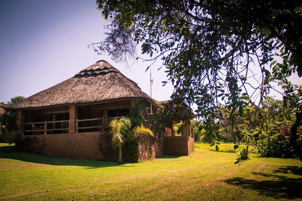 Außenansicht der Kumbali Country Lodge in Malawi | Abendsonne Afrika