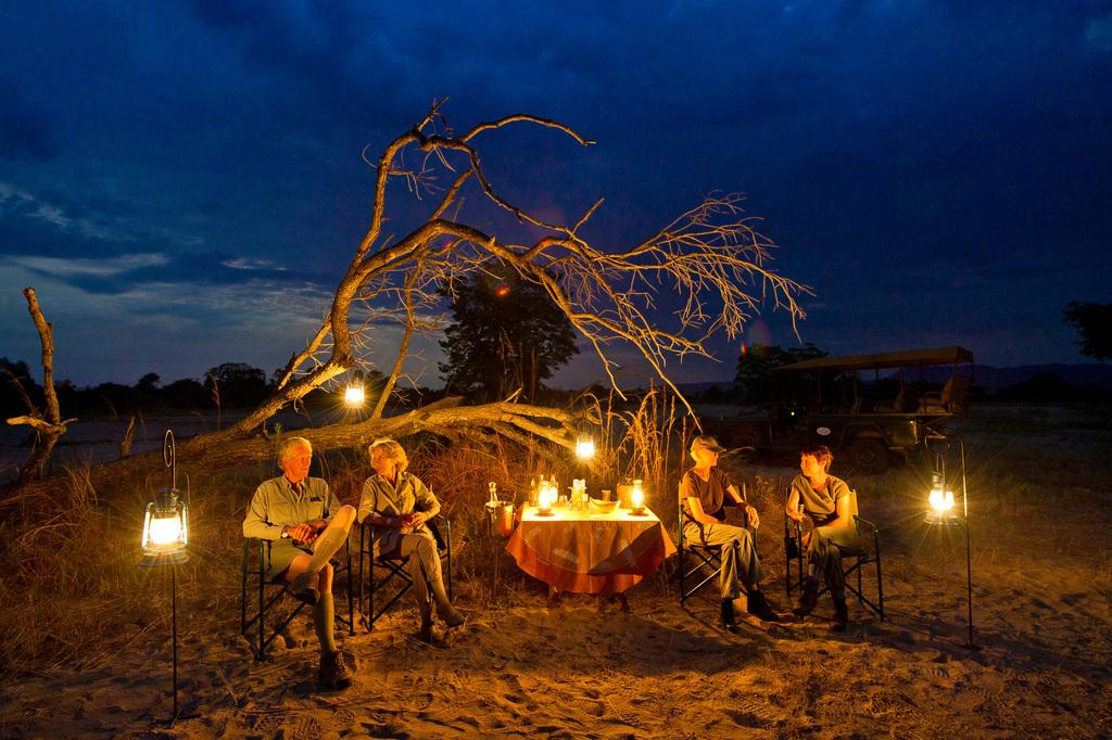 Sundowner im Kuyenda Bushcamp in Sambia | Abendsonne Afrika