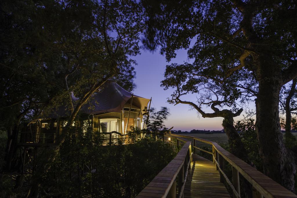 Weg zum Zeltchalet des Kwetsani Camps in Botswana | Abendsonne Afrika