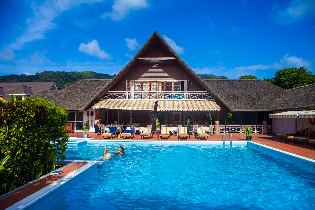 Pool des La Digue Island And Lodge auf den Seychellen | Abendsonne Afrika