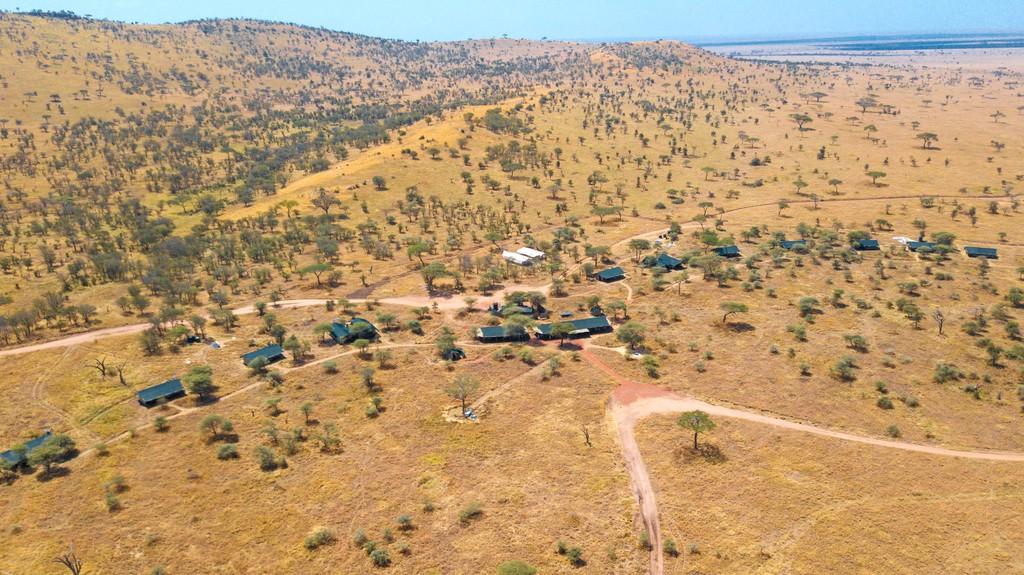 Blick von oben auf das Lemala Ewanjan Camp in Tansania   Abendsonne Afrika