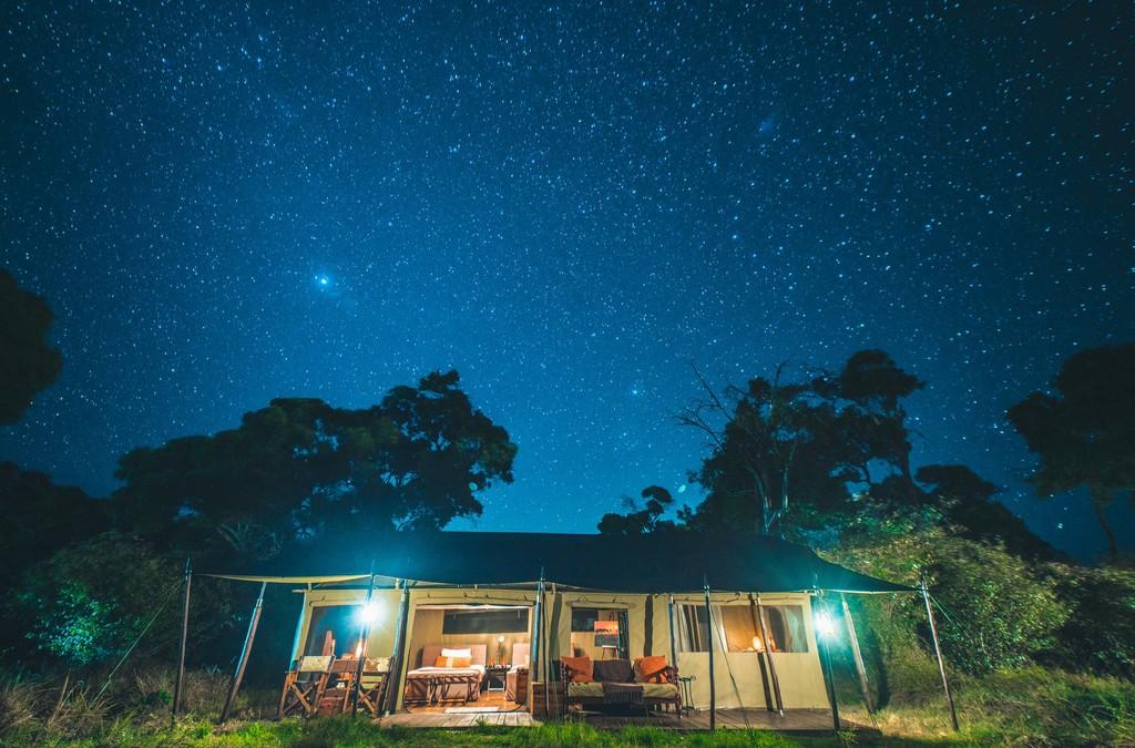 Sternenhimmel über dem Lemala Mara Tented Camp in Tansania | Abendsonne Afrika