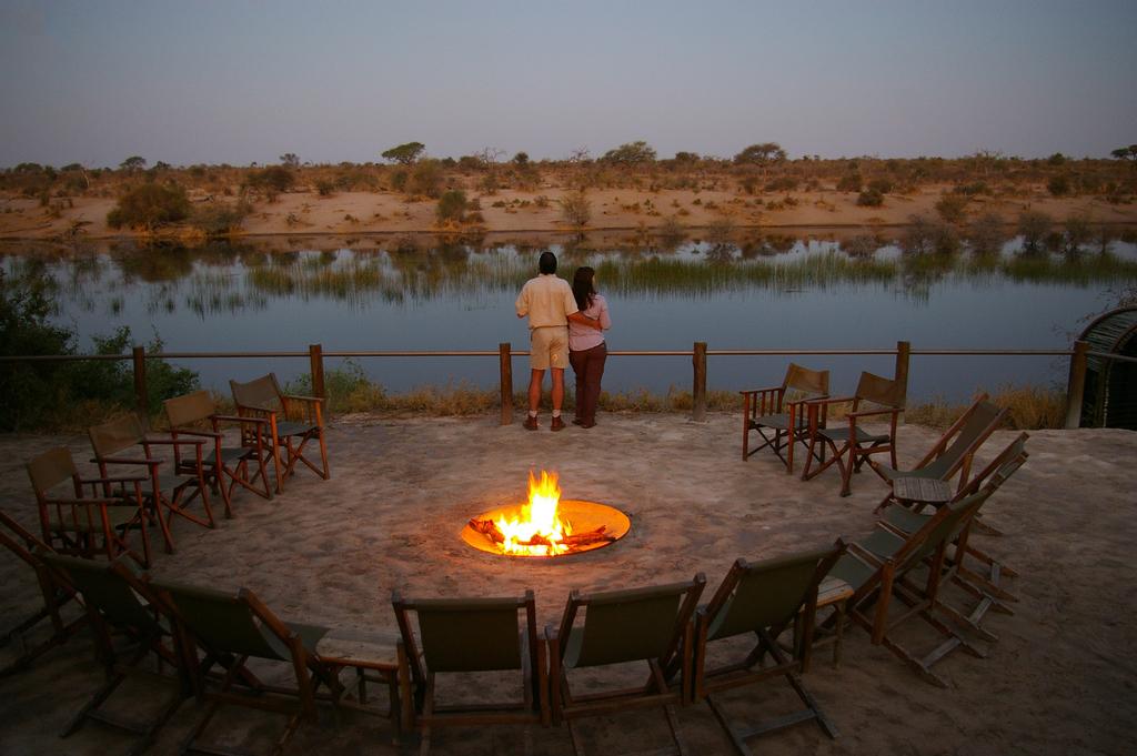 Feuerstelle mit Aussicht im Leroo La Tau Camp in Botswana   Abendsonne Afrika
