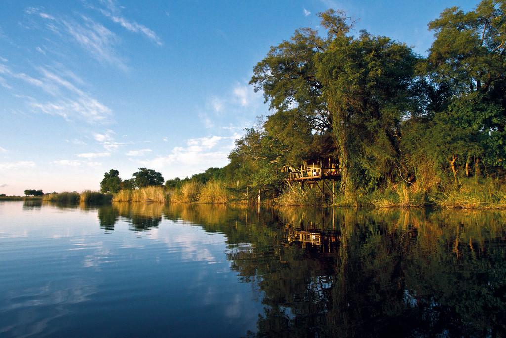 Die Lianshulu Lodge am Ufer des Kwando Flusses in der Caprivi Region in Namibia | Abendsonne Afrika