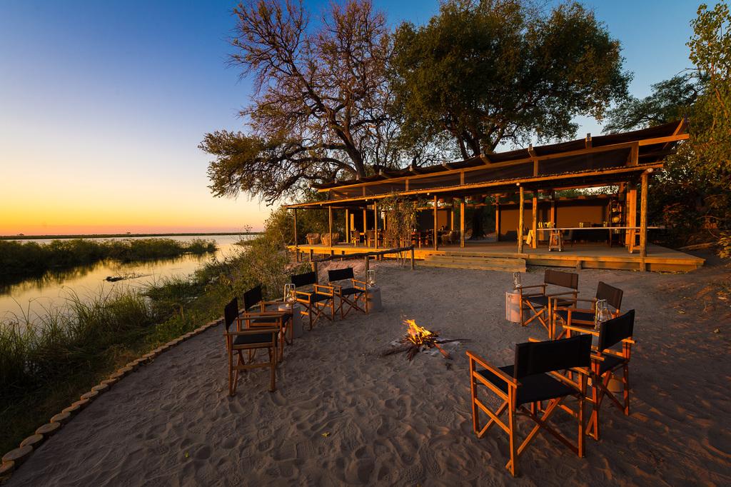 Feuerstelle im Linyanti Tented Camp in Botswana | Abendsonne Afrika