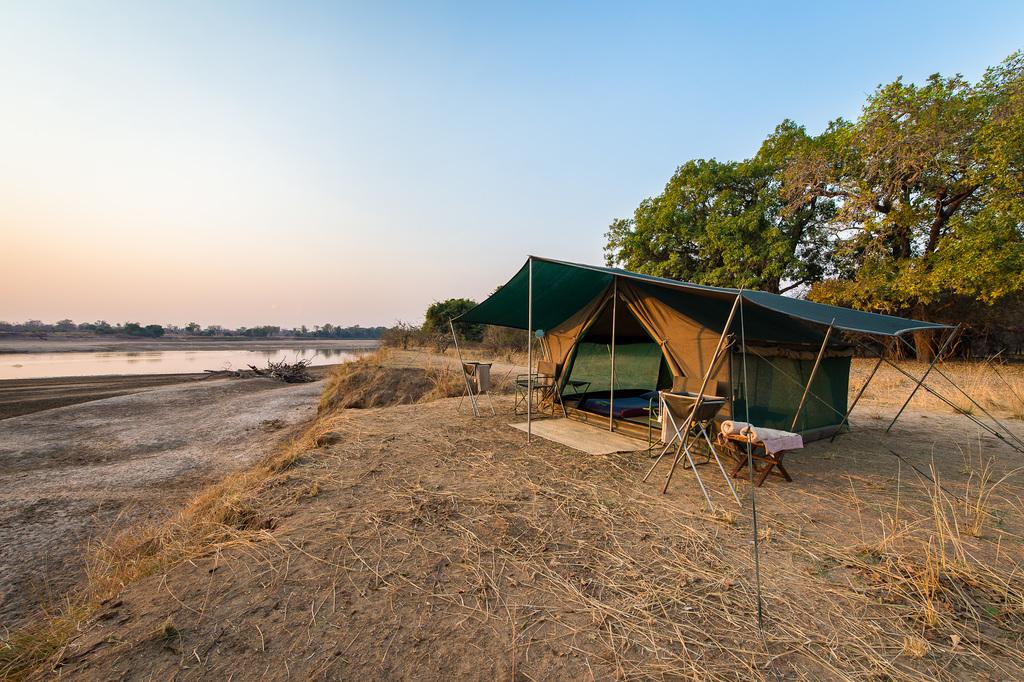 Zelt mit Aussicht im Luangwa Bush Camping in Sambia   Abendsonne Afrika