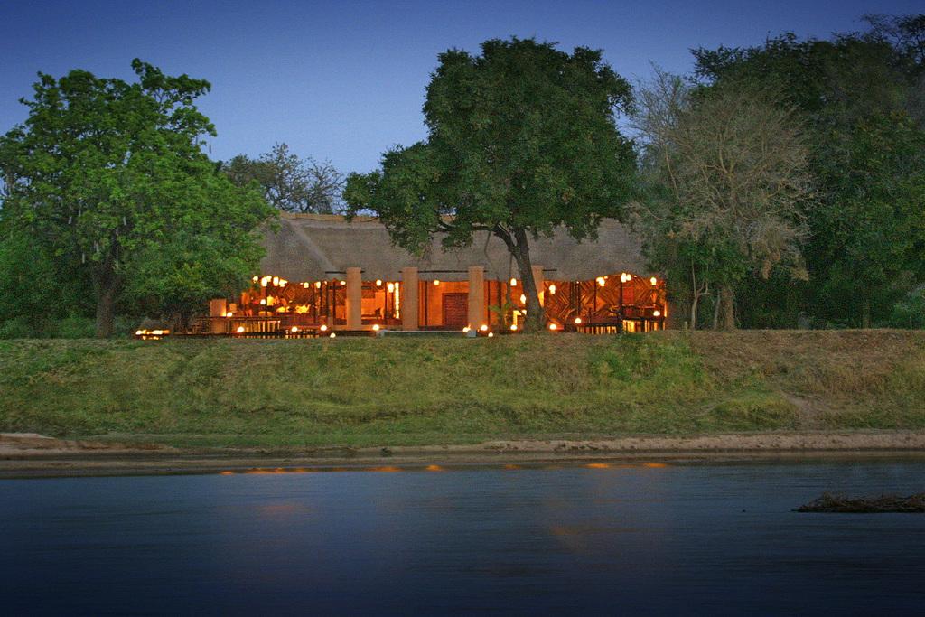Außenansicht des Luangwa River Camps in Sambia   Abendsonne Afrika