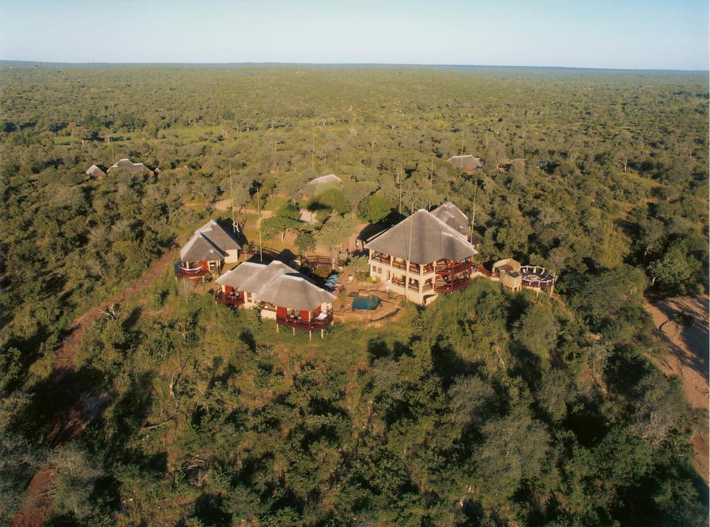 Blick von oben auf die Makumu Bush Lodge in Südafrika | Abendsonne Afrika