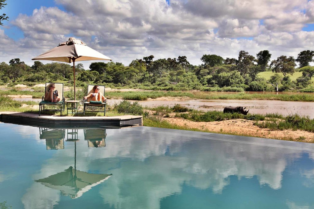 Poolbereich im Mala Mala Main Camp in Südafrika   Abendsonne Afrika