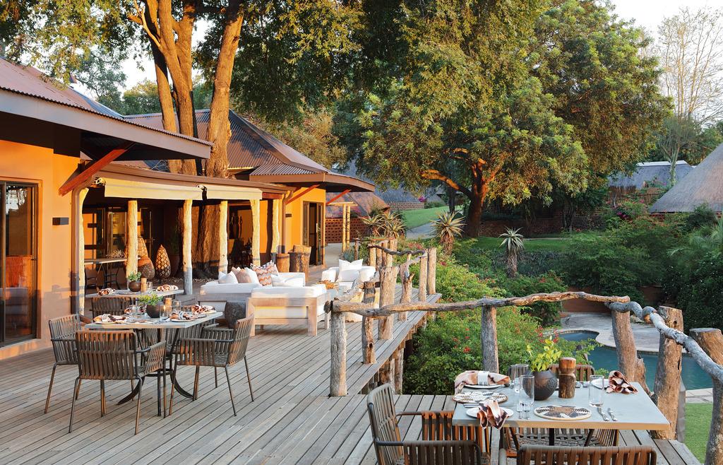 Aussichtsdeck des MalaMala Sable Camp in Südafrika | Abendsonne Afrika