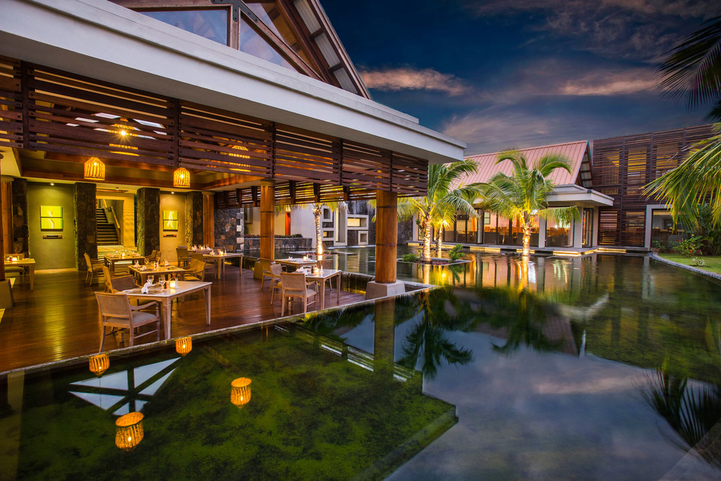 Außenbereich des Restaurants im Maritim Crystals Beach Hotel auf Mauritius   Abendsonne Afrika