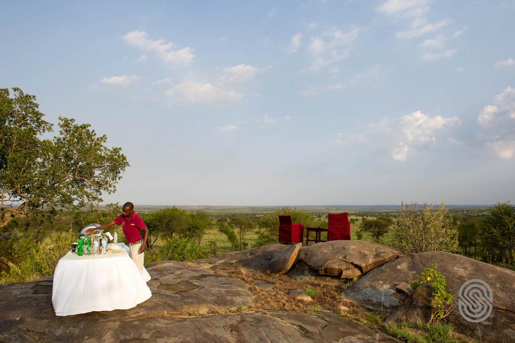 Sundowner im Mbuzi Mawe Tented Camp in Tansania   Abendsonne Afrika