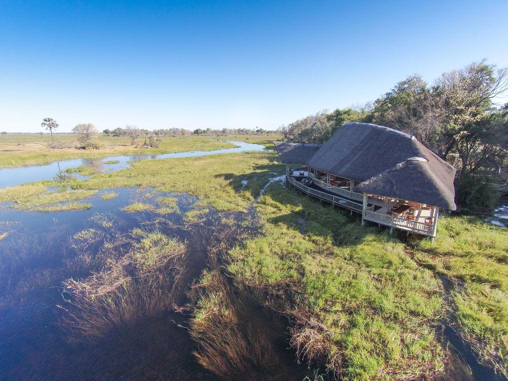Gebäude des Moremi Crossing Camp in Botswana | Abendsonne Afrikana