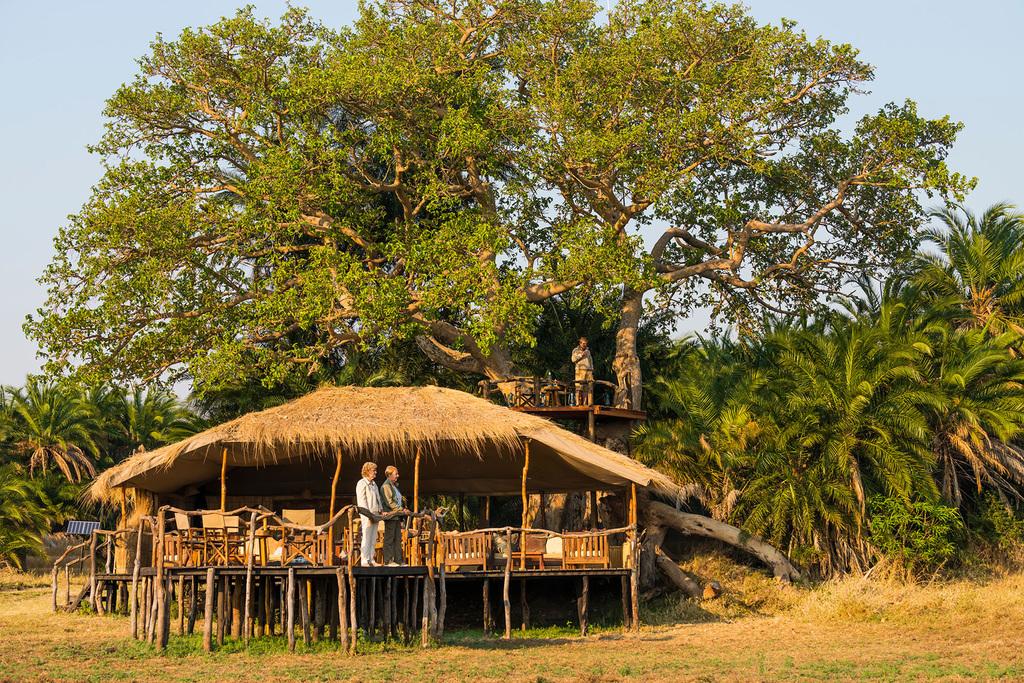 Hauptbereich des Mukambi Plains Camps in Sambia | Abendsonne Afrika