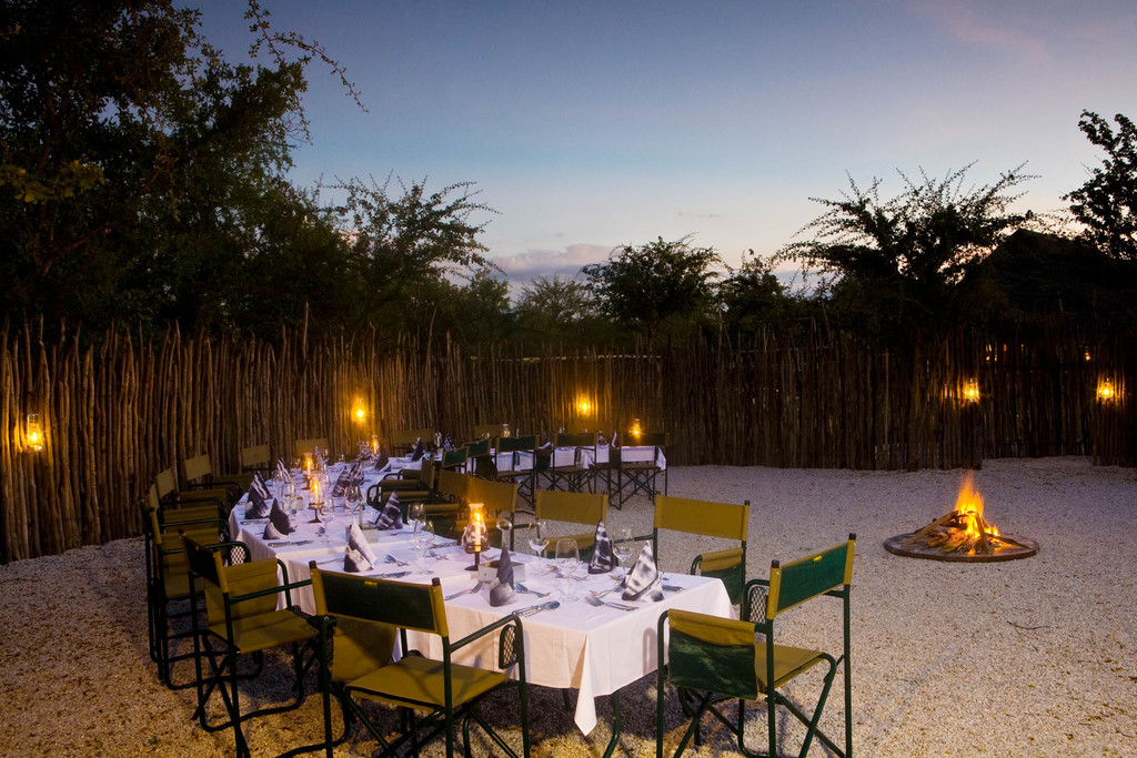 Abendessen unter freiem Himmel im Mushara Bush Camp im Etosha Nationalpark in Namibia | Abendsonne Afrika
