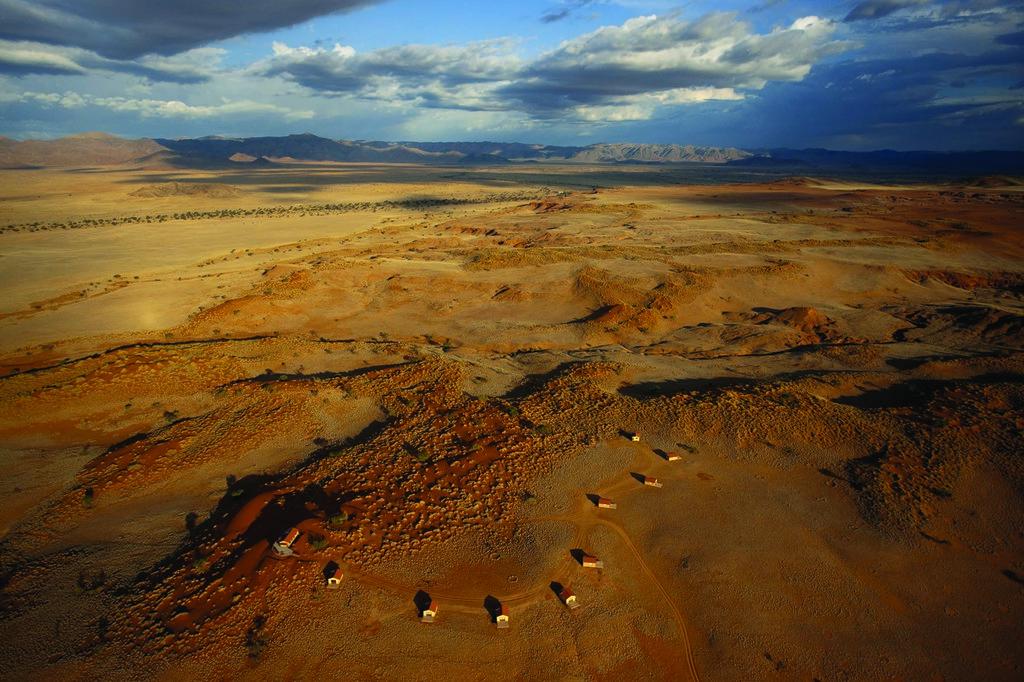 Luftaufnahme des Namib Dune Star Camps in Namibia | Abendsonne Afrika
