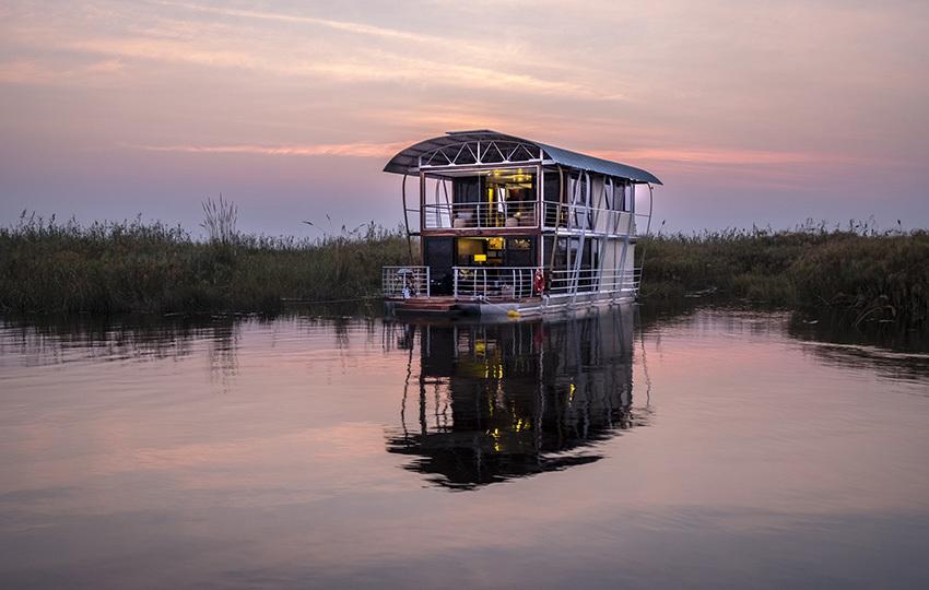 Boot der Namushasha River Villa in Namibia | Abendsonne Afrika