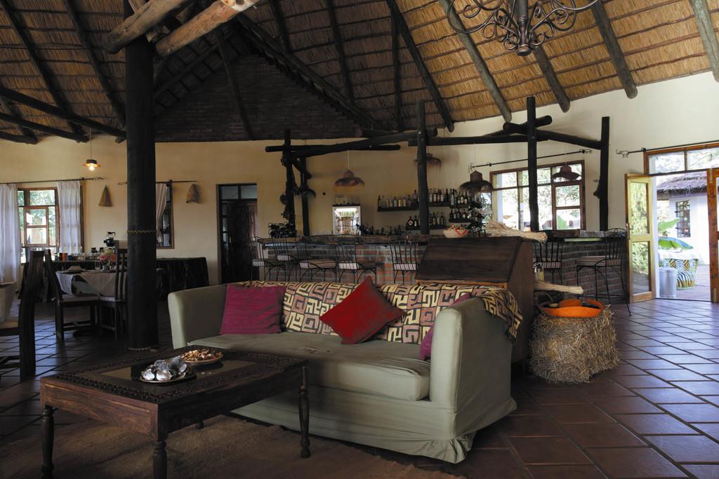 Bar und Lounge des Ngorongoro Farm House in Tansania | Abendsonne Afrika