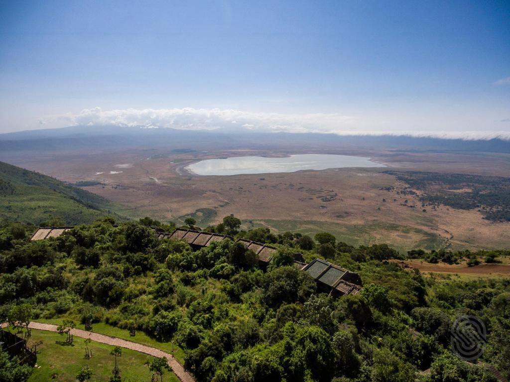 Blick von oben auf die Ngorongoro Serena Safari Lodge in Tansania | Abendsonne Afrika