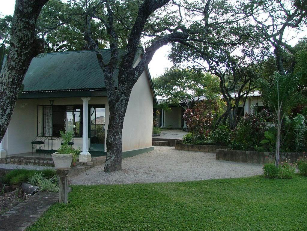 Aussenanlage des Norma Jeane's Lake View Resorts in Simbabwe | Abendsonne Afrika