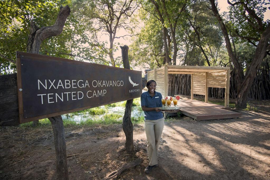 Empfang des Nxabega Okavango Tented Camp in Botswana | Abendsonne Afrikana