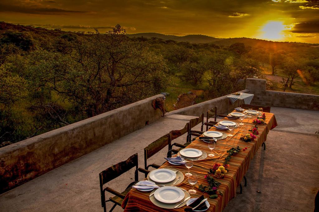 Abendessen in der Okutala Etosha Lodge im Etosha Nationalpark in Namibia | Abendsonne Afrika