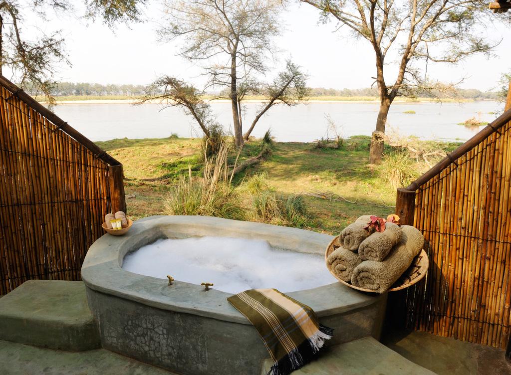 Außenbadezimmer im Old Mondoro Bush Camp in Sambia   Abendsonne Afrika