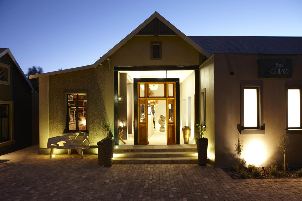 Eingang des Olive Exclusive Boutique Hotel in Namibia   Abendsonne Afrika