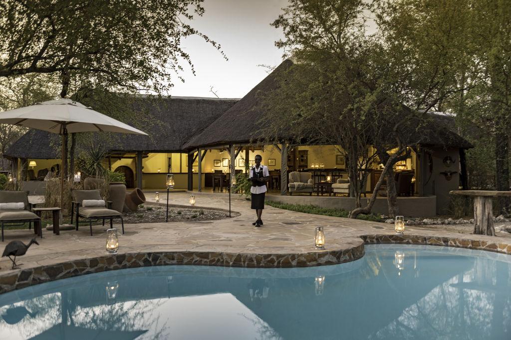 Pool der Onguma Etosha Aoba Lodge im Etosha Nationalpark in Namibia | Abendsonne Afrika