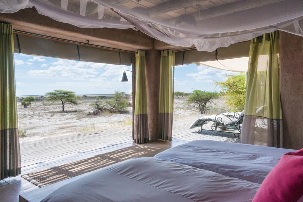 Ausblick von der Suite des Onguma The Fort im Etosha Nationalpark in Namibia | Abendsonne Afrika