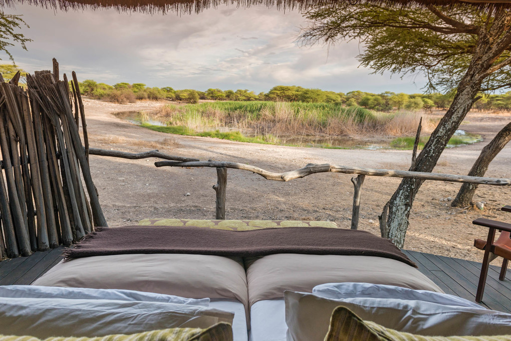 Ausblick vom Bett im Onguma Tree Top Camp im Etosha Nationalpark in Namibia | Abendsonne Afrika