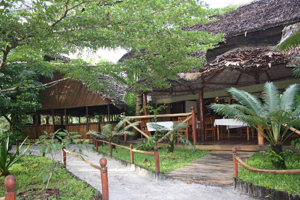 Weg zum Restaurant der Palmarium Lodge auf Madagaskar | Abendsonne Afrika