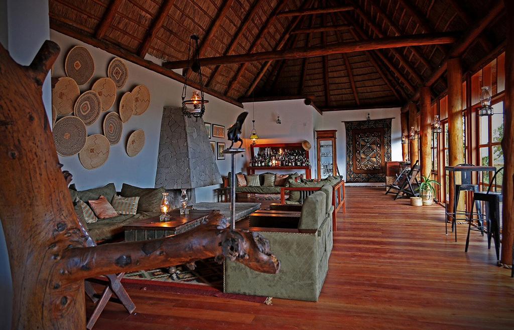 Lounge der Papaya Lake Lodge in Uganda | Abendsonne Afrika