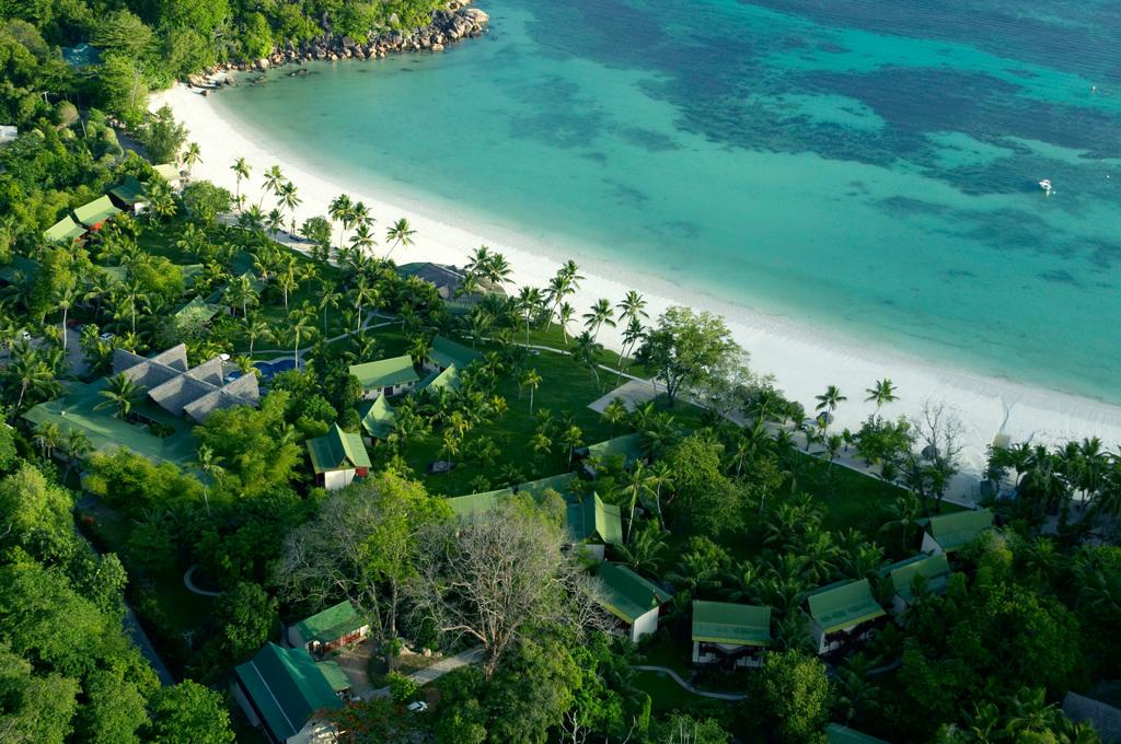 Blick von oben auf das Paradise Sun Hotel auf den Seychellen | Abendsonne Afrika