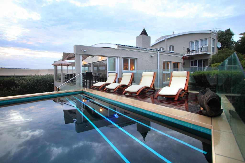 Pool der Periwinkle Lodge in Südafrika | Abendsonne Afrika