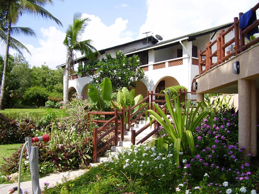 Garten des Pinewood Beach Resort in Kenia | Abendsonne Afrika