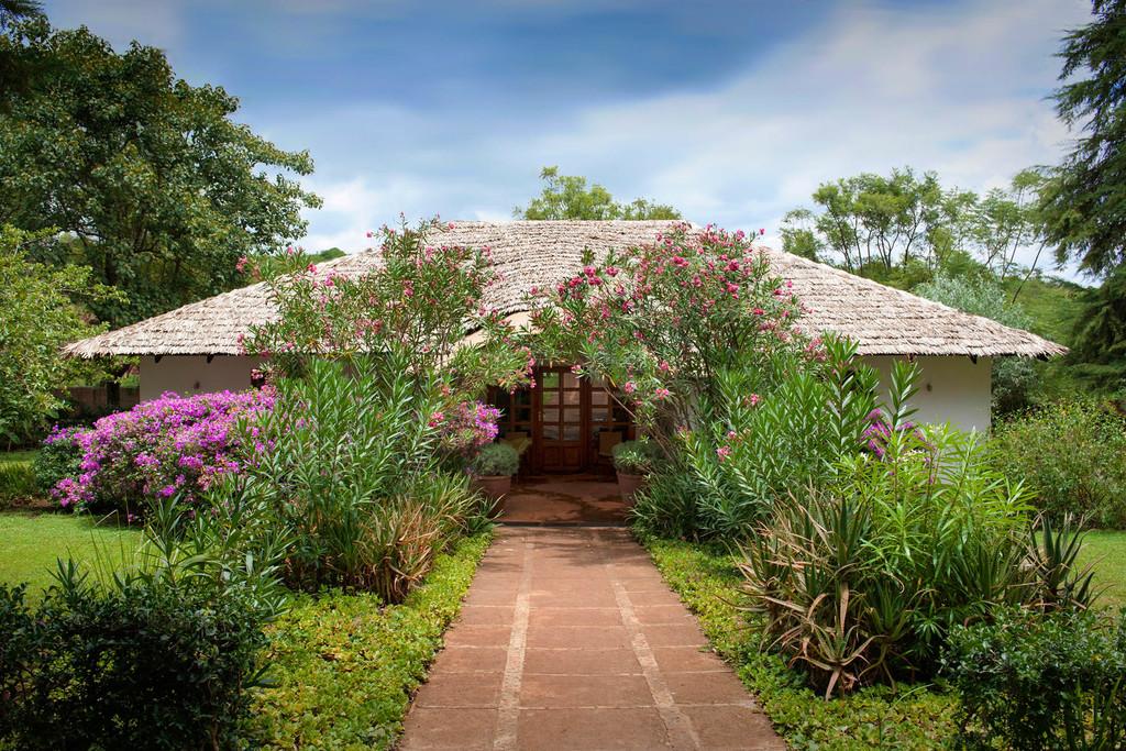 Eingang der Plantation Lodge in Tansania | Abendsonne Afrika