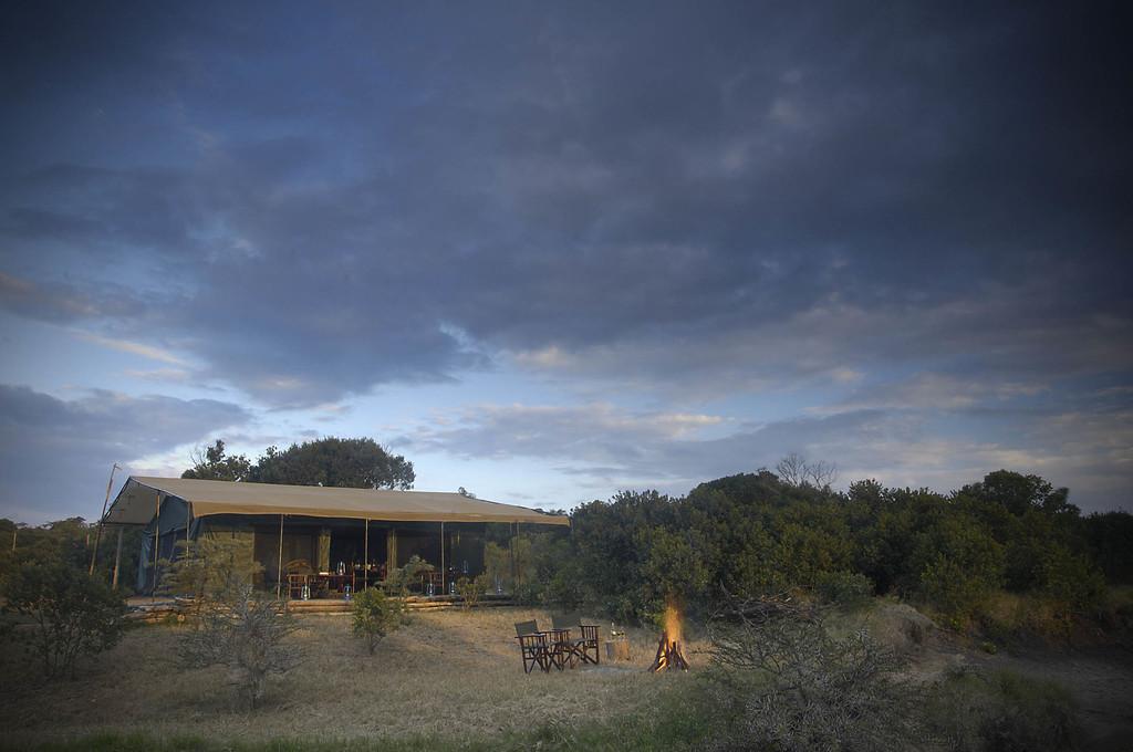 Außenansicht eines Zeltes im Porini Rhino Camp in Kenia | Abendsonne Afrika