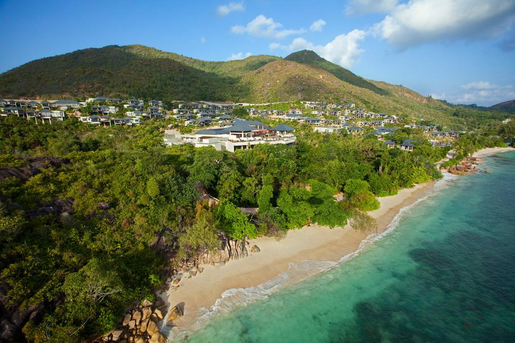 Blick von oben auf das Raffles Resort & Spa auf den Seychellen | Abendsonne Afrika