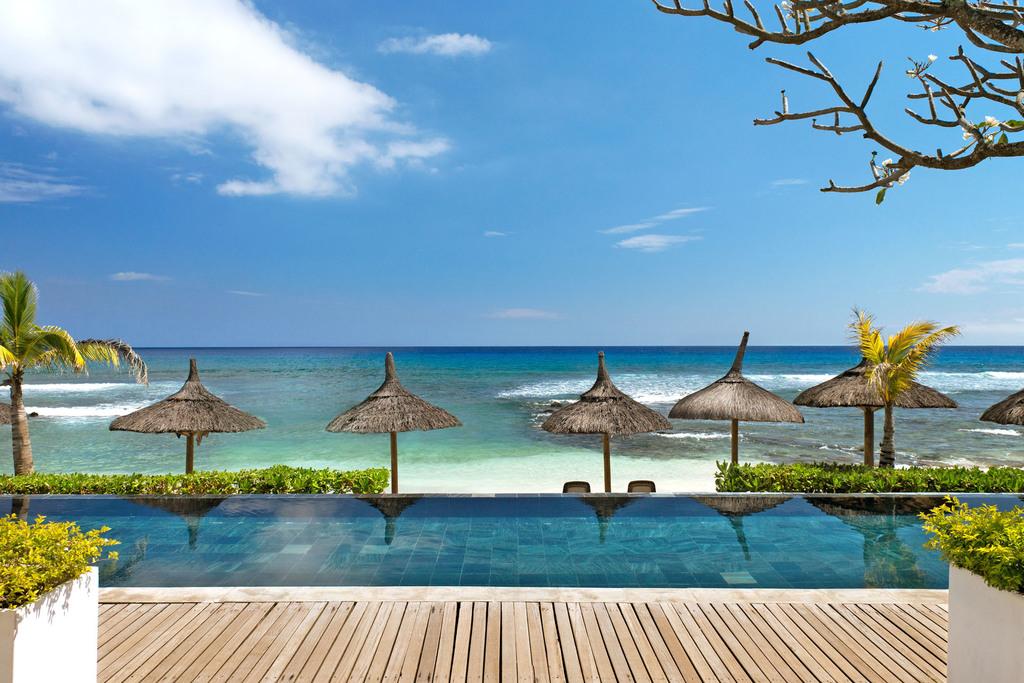 Pool mit Meerblick im Récif Attitude Hotel auf Mauritius | Abendsonne Afrika