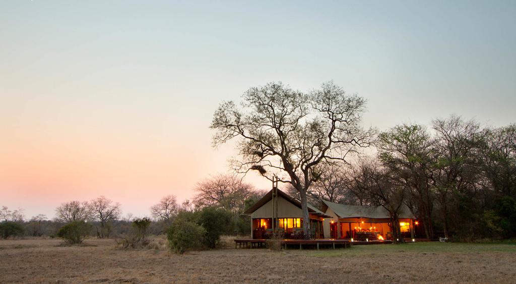 Zelte des Rhin Walking Safaris Plains Camp in Südafrika | Abendsonne Afrika