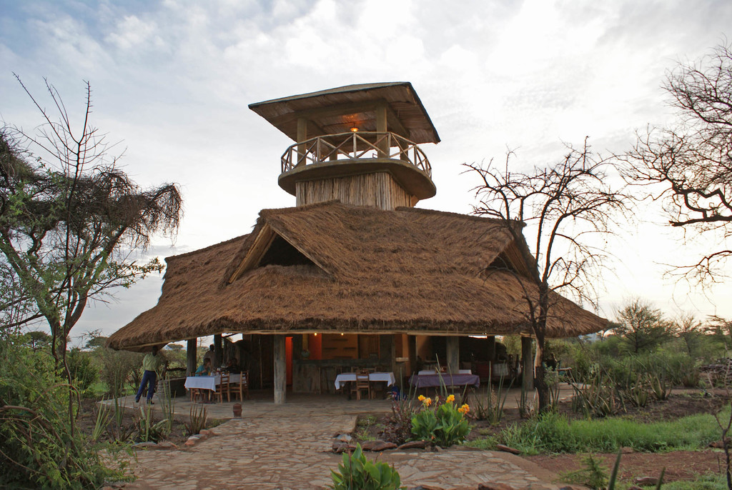 Hauptgebäude des Robanda Tented Camp in Tansania | Abendsonne Afrika